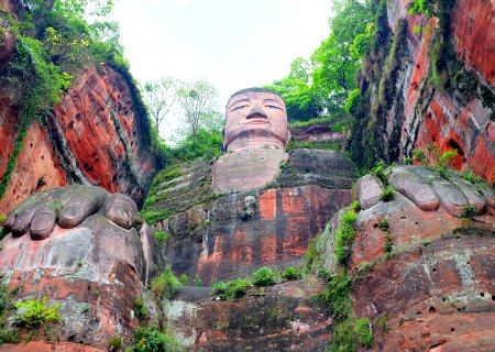 Climbing trails alongside the Leshan Buddha