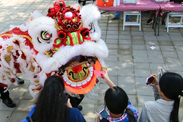 Chinese lion dancer gets red envelope